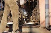 Man pouring milk for rats, Karni Mata Temple, Deshnok, India — Stock Photo