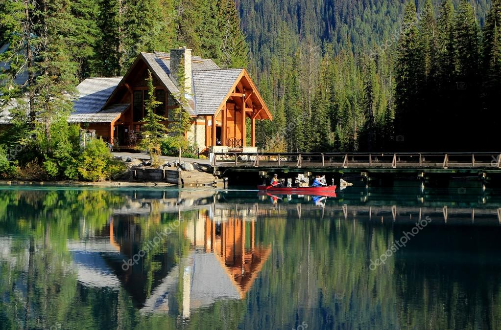 holzhaus am smaragdgr nen see yoho nationalpark kanada stockfoto donyanedomam 38321007. Black Bedroom Furniture Sets. Home Design Ideas