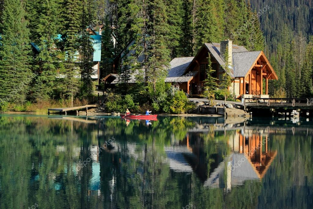 holzhaus am smaragdgr nen see yoho nationalpark kanada stockfoto donyanedomam 38321035. Black Bedroom Furniture Sets. Home Design Ideas