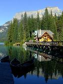 Casa in legno al lago smeraldo, parco nazionale di yoho, canada — Foto Stock