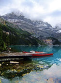 Red canoes at Lake O'Hara, Yoho National Park, Canada — Stock Photo