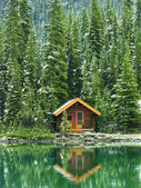 Wooden cabin at Lake O'Hara, Yoho National Park, Canada — Stock Photo