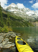 Yellow kayak at Lake O'Hara, Yoho National Park, Canada — Foto Stock