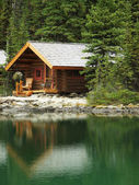 Houten hut op lake o'hara, yoho national park, canada — Stockfoto