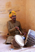 Indian man playing drums, Mehrangarh Fort, Jodhpur, India — Foto Stock