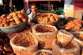Homem indiano vendendo pão, sadar mercado, jodhpur, Índia — Fotografia Stock