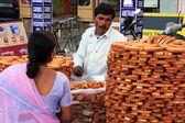 Indian man selling bread, Sadar Market, Jodhpur, India — Stock Photo