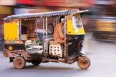 Autorickshaw in the street of Sadar Market, blurred motion, Jodh — Stock Photo