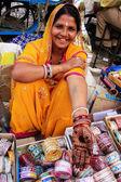 Indian woman showing henna painting, Sadar Market, Jodhpur, Indi — Stock Photo