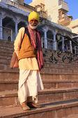 Indischer Mann zu Fuß in der Nähe von heiligen See, Pushkar, Indien — Stockfoto