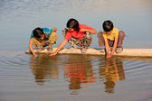 Local kids drinking from water reservoir, Khichan village, India — Stockfoto