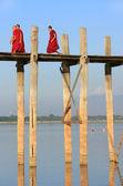 Buddhist monks walking on U Bein bridge, Amarapura, Myanmar — Zdjęcie stockowe