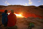 Tourists watching sunrise at Mesa Arch, Canyonlands National Par — Stock Photo