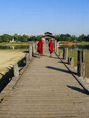 Buddhist monks walking on U Bein bridge, Amarapura, Myanmar — Stock Photo
