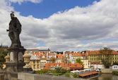 Antyczny posąg na widok na miasto — Zdjęcie stockowe