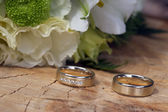 Wedding rings on the stump — Stockfoto