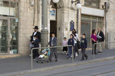 Hasidic jews walking — Stockfoto