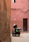 Man with a cart in the Moroccan city — Stock Photo