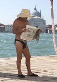 Jornal de leitura do homem — Fotografia Stock