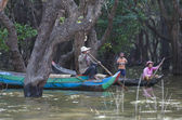 Unidentified people rowing boat on Tonle Sap Lake in Siem Reap, Cambodia — Stock Photo