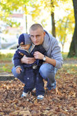 在秋天公园散步的小儿子和父亲 — 图库照片