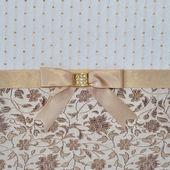 Textura de tecido branco com pontos de ouro com um arco e strass — Foto Stock