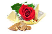 Red rose isolated on a white background with chocolate — Stock Photo