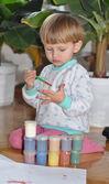Tranquillo ragazzo cercando di dipingere con un pennello — Foto Stock
