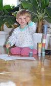 Happy kid schildert en zijn vinger wijst op de kijker met ruimte — Stockfoto