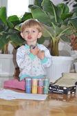 Vrolijk kind spelen met verf voorbereiden om te tekenen — Stockfoto