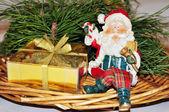Composición de navidad con santa claus y regalo dorado — Foto de Stock