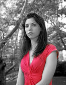 Lady in red in park — Stockfoto