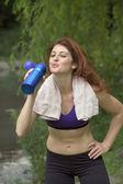 Chica bebiendo después del ejercicio — Foto de Stock