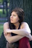 Mulher sentada no parque — Foto Stock