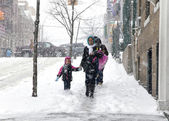 Mother and child during snow storm in New York — Stock Photo