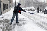 Hombre palear la nieve — Foto de Stock
