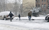 Family shoveling during snow storm in New York — Stock Photo