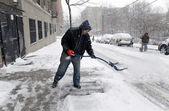 Man shoveling tijdens sneeuwstorm in new york — Stockfoto