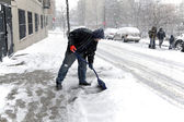 Man shoveling during snow storm in New York — Stock Photo