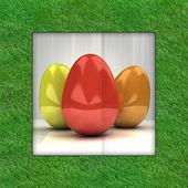 çim çerçeve içinde renkli yumurta paskalya kartı — Stok fotoğraf