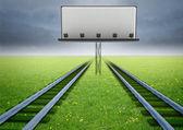 Deux chemins de fer de transport écologique avec panneau d'affichage — Photo
