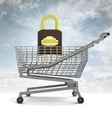 Carrello di shopping con chiarore cielo e lucchetto chiuso — Foto Stock