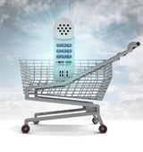 Carrello di shopping con telefono azzurro e il chiarore del cielo — Foto Stock