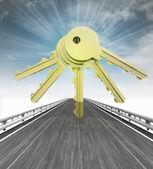 Karayolu sseveral altın anahtarlar ve gökyüzü flare ile — Stok fotoğraf
