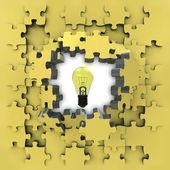 黄色益智拼图与闪闪发光的灯泡思想启示 — 图库照片