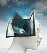 Laptop technologieën die binnenkort uit of in menselijk hoofd met hemelachtergrond — Stockfoto