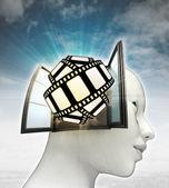 Film tape leuk afkomstig is uit of in menselijk hoofd met hemelachtergrond — Stockfoto