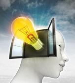 Gele stralende lamp uitvinding afkomstig is uit of in menselijk hoofd met hemelachtergrond — Stockfoto