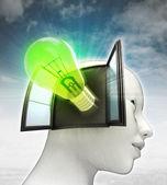 Groene lamp uitvinding afkomstig is uit of in menselijk hoofd met hemelachtergrond schijnt — Stockfoto