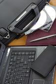 Mallette d'affaires avec ordinateur — Photo